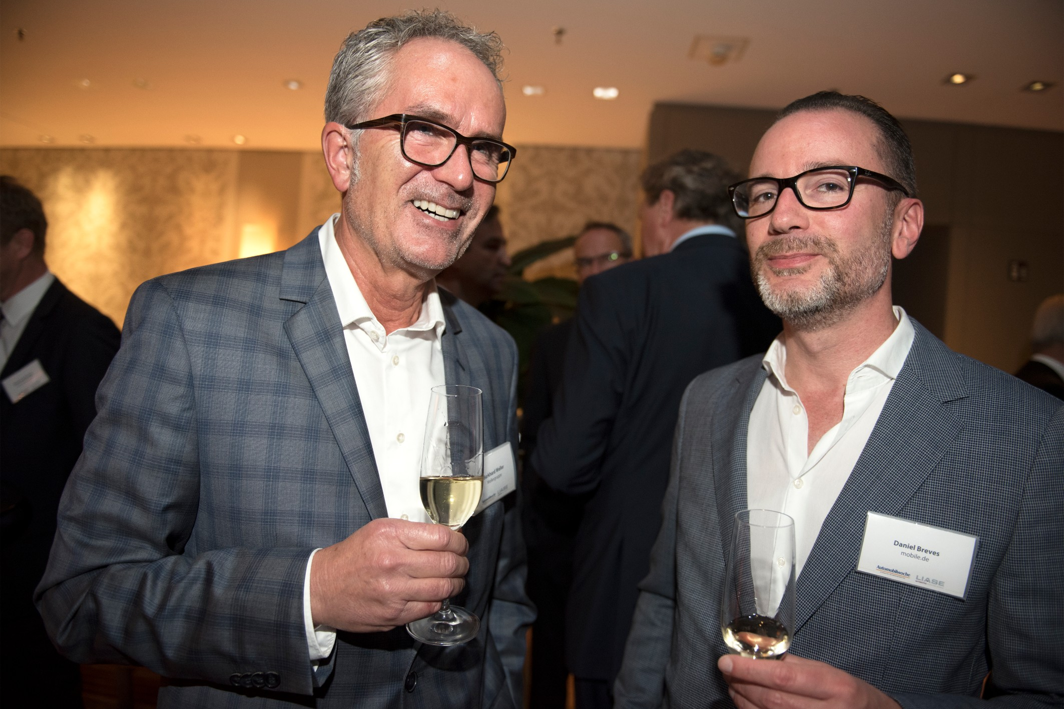 Burkhard Weller (left), CEO of the Wellergroup, and Daniel Breves (right), Commercial Director of mobile.de.