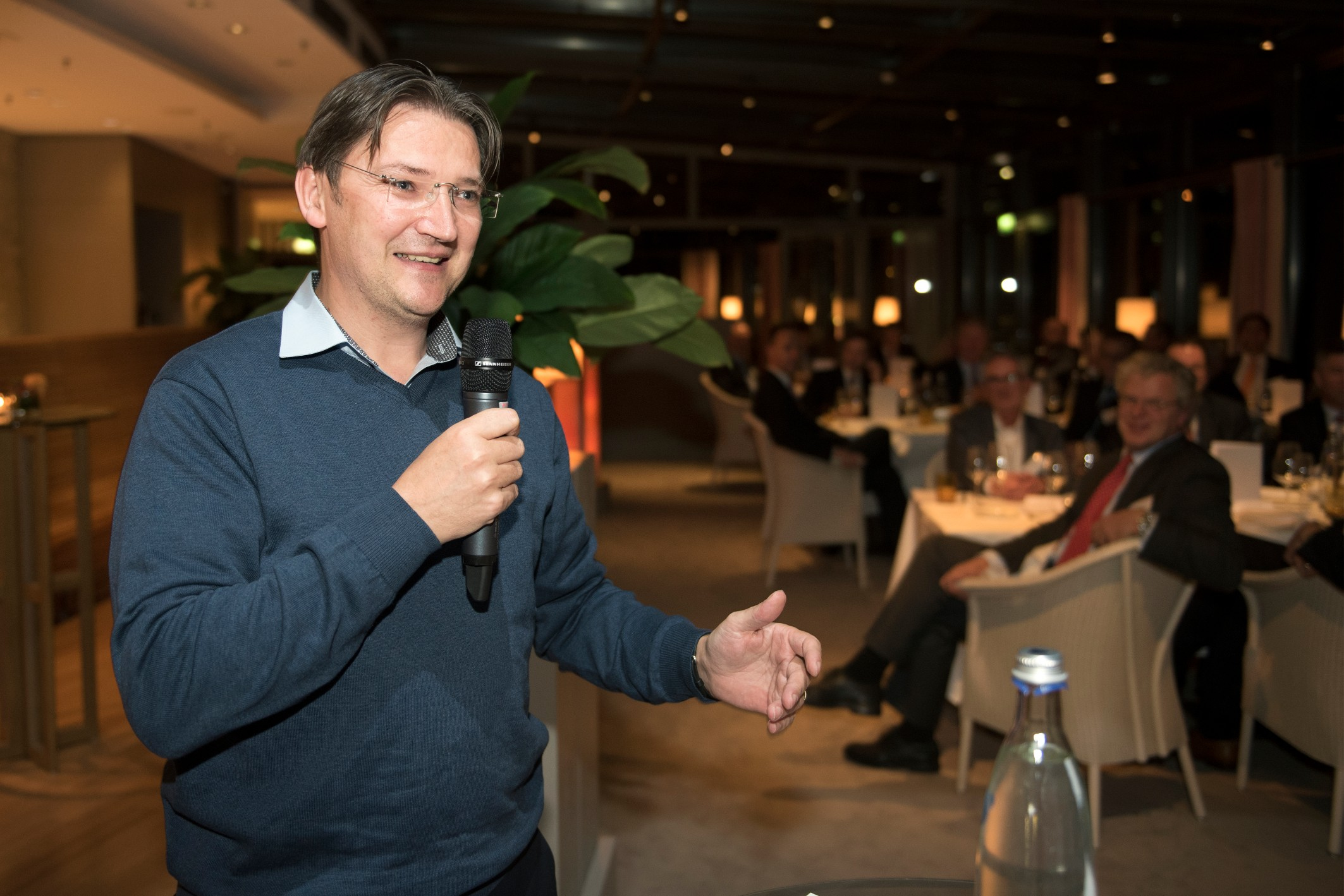 Johann Jungwirth, Chief Digital Officer at Volkswagen, adresses the crowd at the IZB VIP dinner in Wolfsburg.