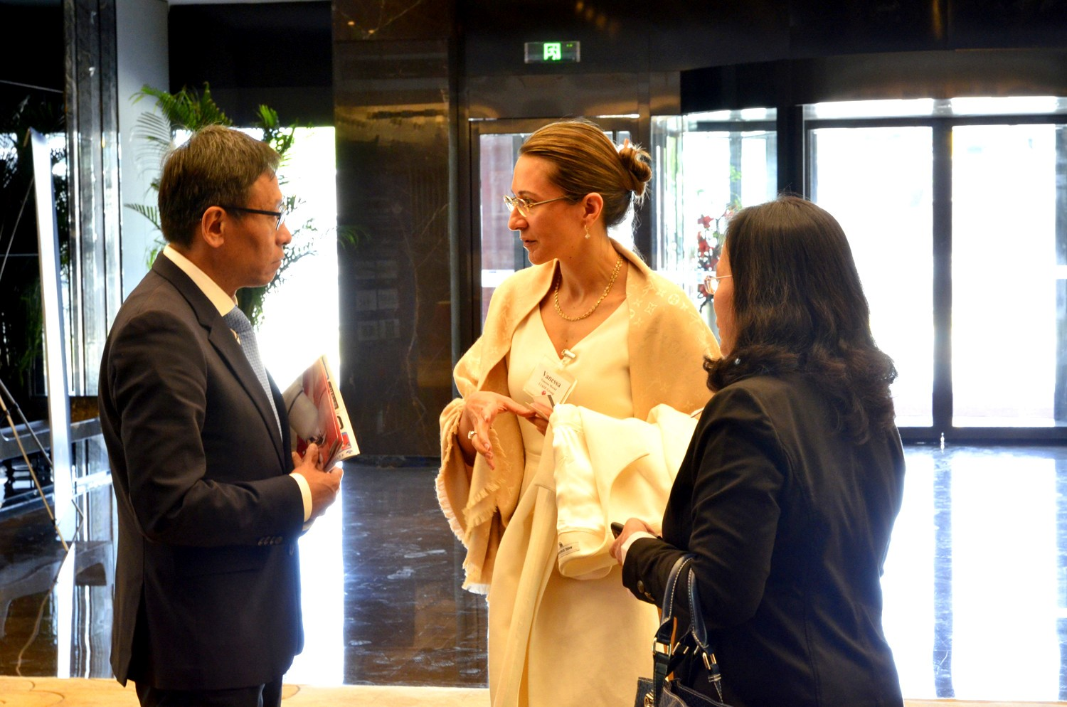 Zhang Jiyu (长寄语) Chairman of CH-AUTO Technology Co. Ltd speaking with Vanessa Moriel, LIASE Group Managing Director Asia and Melania Wu, LIASE Group, Head of Beijing Office.