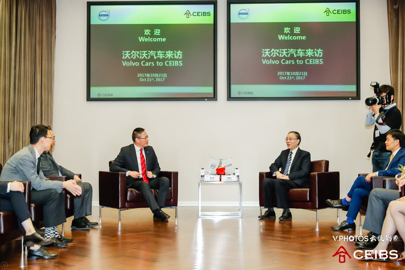 Mr. Yuan Xiaolin, Senior Vice President, Asia Pacific, Volkswagen AG (left) and Dr. Li Mingjun, President, CEIBS (right).